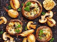 Рецепта Пълнени гъби печурки с топено сирене, чесън, кашкавал и каперси на фурна